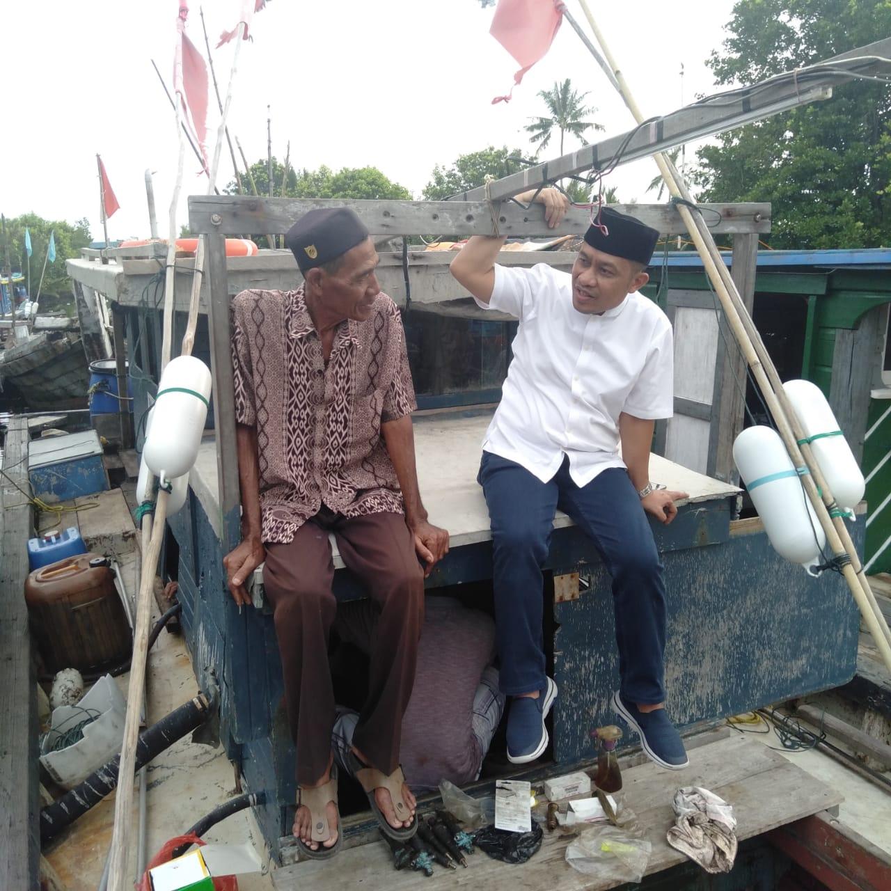 Keterangan Foto : Bagus Santoso saat bincang potensi tambak udang diatas kapal nelayan di aliran Sungai Kembung.